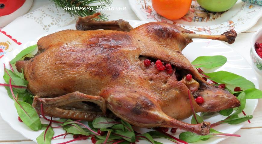 Фото приготовления рецепта: Утка с яблоками и брусникой, шаг №7