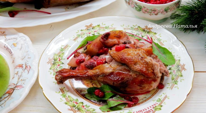 Фото приготовления рецепта: Утка с яблоками и брусникой, шаг №8