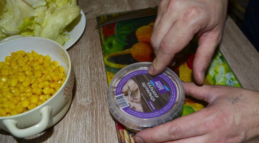 Новогодняя закуска из крабовых палочек и кальмаров на чипсах, пошаговый рецепт с фото