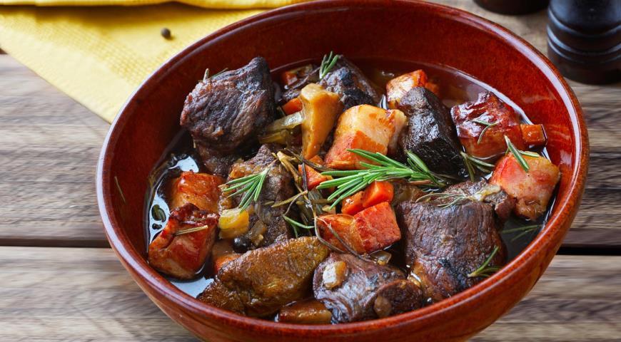 Говядина, тушенная в красном вине с грибами