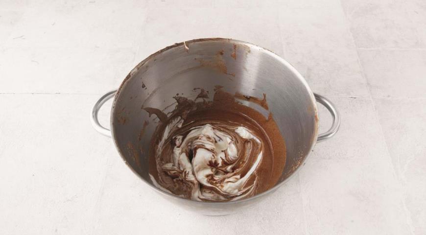 Фото приготовления рецепта: Шоколадно-кофейный мусс, шаг №7