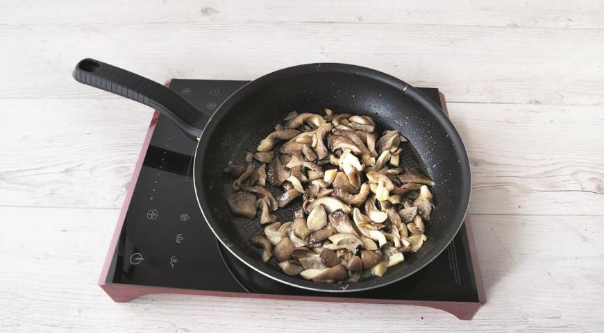 Фото приготовления рецепта: Сливочный суп с пшеном и вешенками, шаг №4