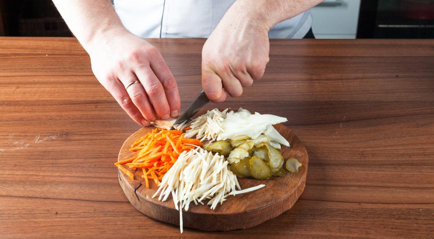 Рассольник с перловкой и солеными огурцами, подготовьте овощи