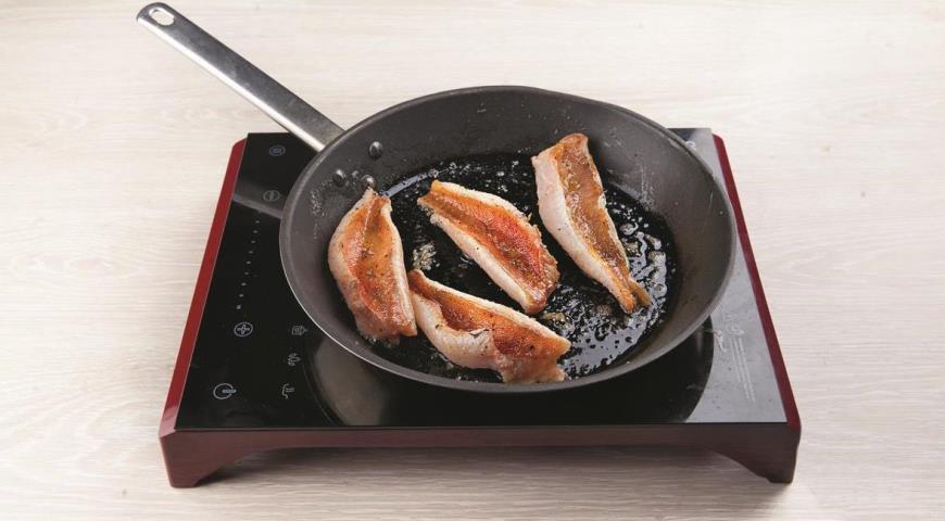 Фото приготовления рецепта: Морской окунь на сковороде в сливочном соусе с базиликом, шаг №4