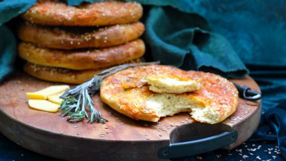 Сырные лепешки на варенце