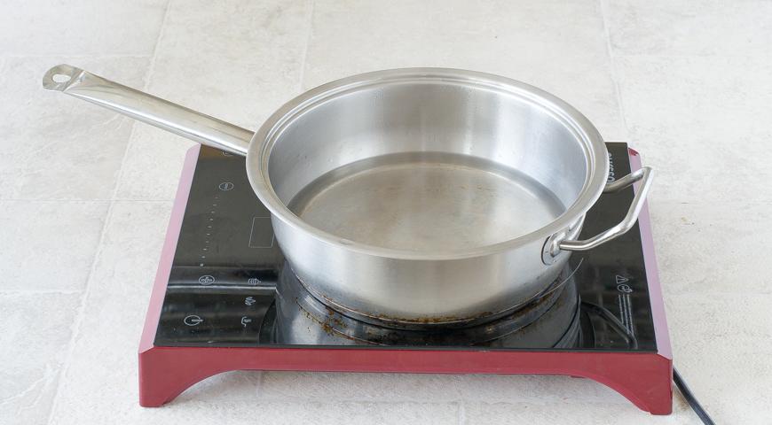 Картошка в сметане, вскипятите воду