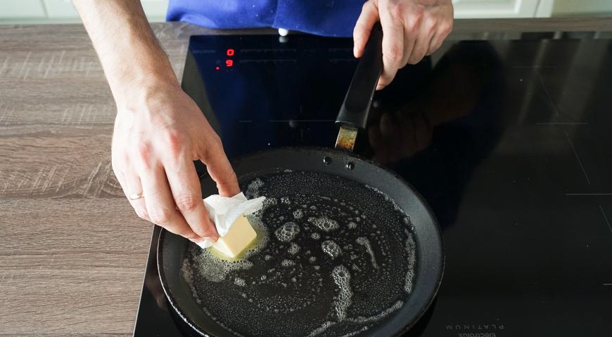 Классические блины на молоке, смажьте сковородку маслом