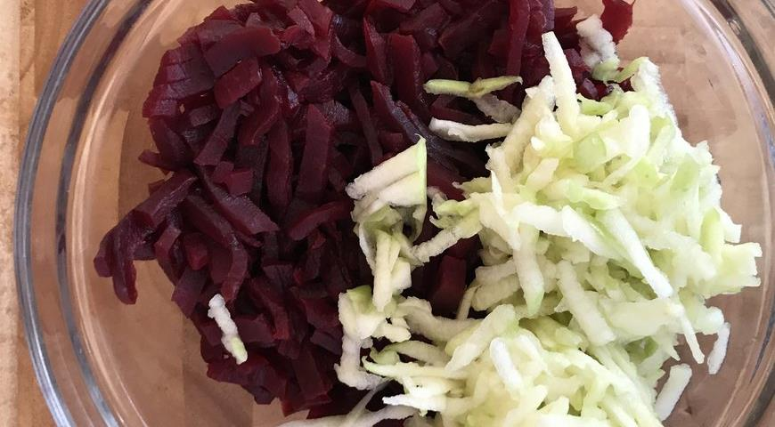 Фото приготовления рецепта: Салат из свеклы с яблоком, шаг №2
