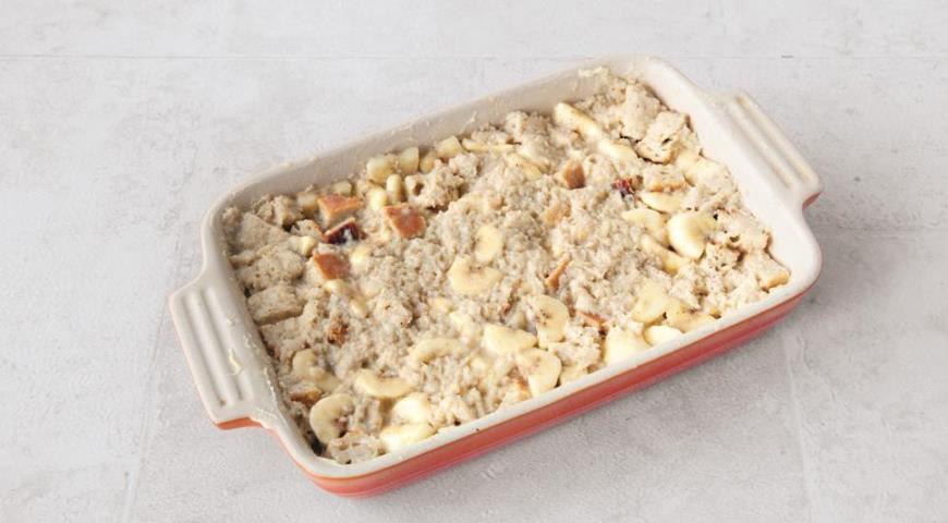 Фото приготовления рецепта: Хлебная запеканка с бананами, шаг №5