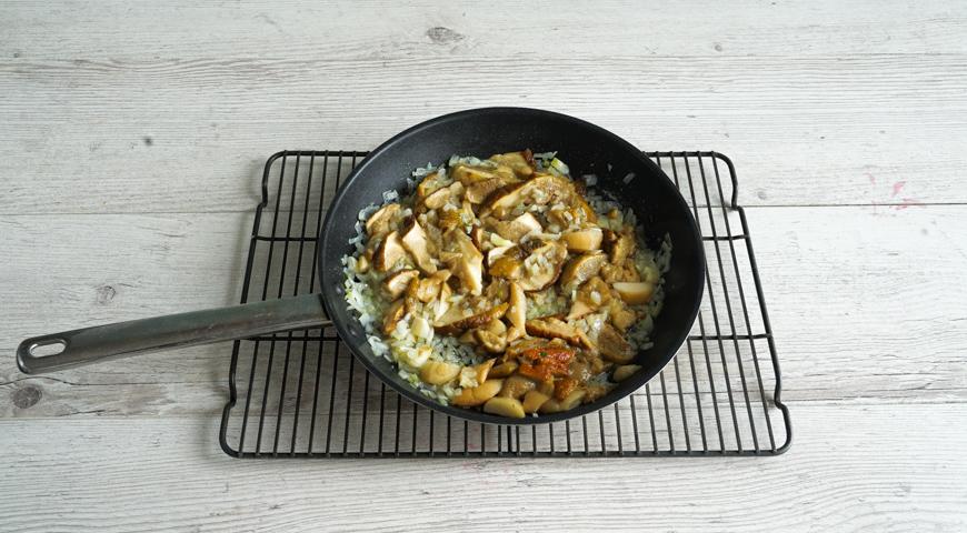 Блинный пирог с грибами, обжарьте грибы с луком