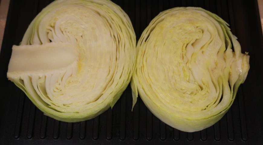 Фото приготовления рецепта: Стейки из капусты, шаг №3