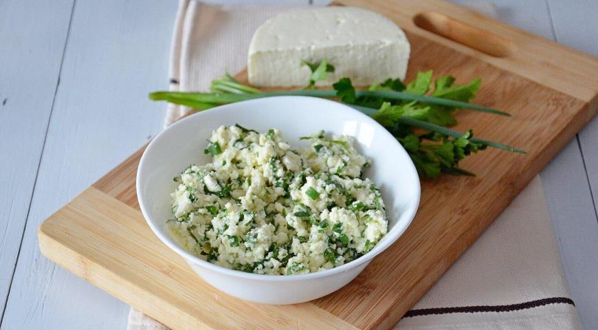 Для начинки адыгейский сыр размять вилкой, зелень порубить.