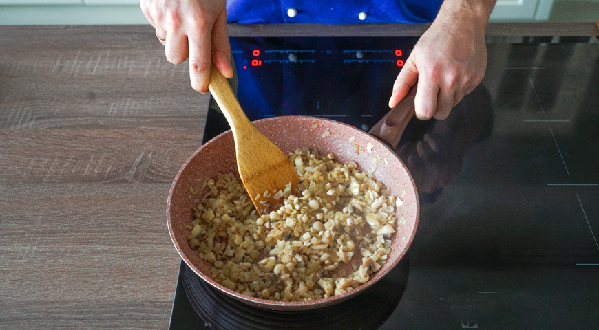 Жюльен из грибов, обжарьте грибы с луком