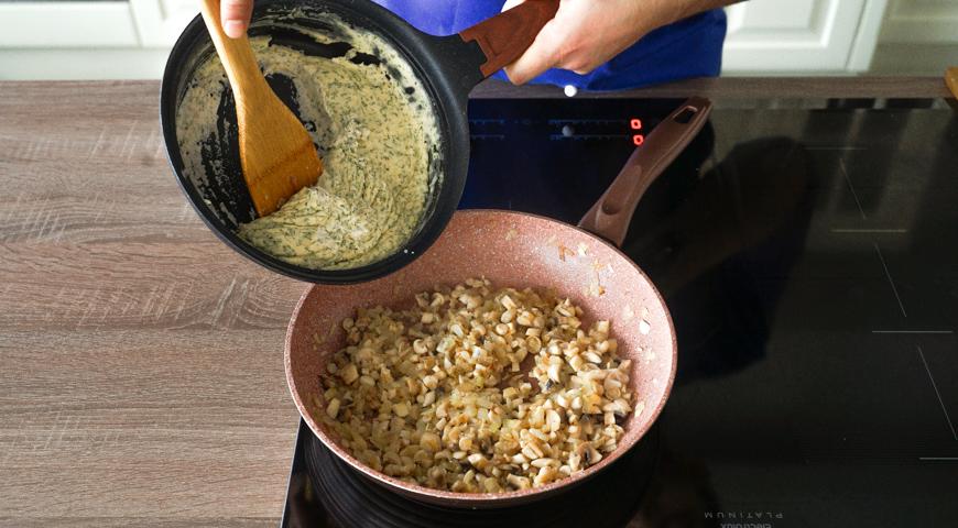 Жюльен из грибов, слейте сливочно-сметанный соус