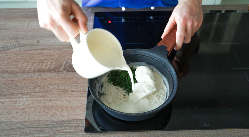 Жюльен из грибов, добавьте сметану, сливки и укроп