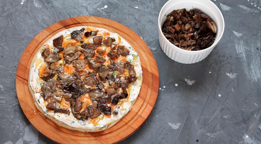 Фото приготовления рецепта: Блинный торт с курицей и грибами , шаг №10