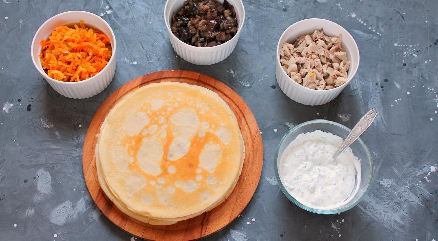 Фото приготовления рецепта: Блинный торт с курицей и грибами , шаг №8