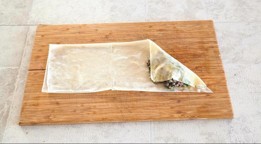 Фото приготовления рецепта: Хрустящие пирожки с мясной начинкой, шаг №6
