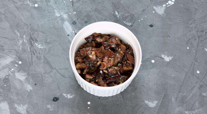 Фото приготовления рецепта: Блинный торт с курицей и грибами , шаг №4