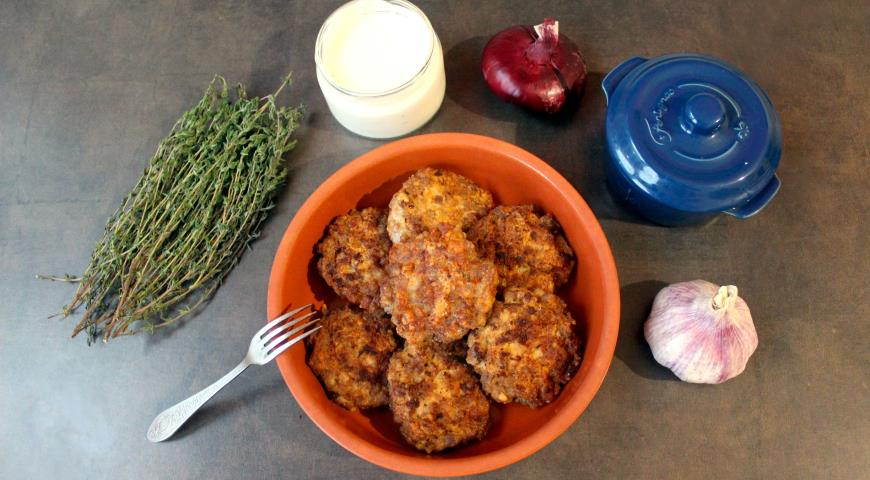 Фото приготовления рецепта: Рубленые свиные котлеты, шаг №4