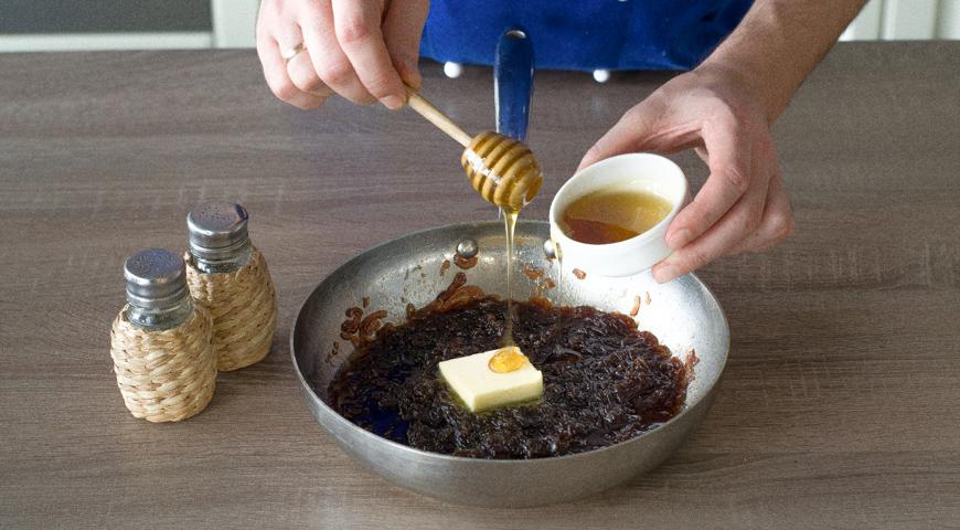 Жареная печень с луком, снимите с плиты и добавьте мед