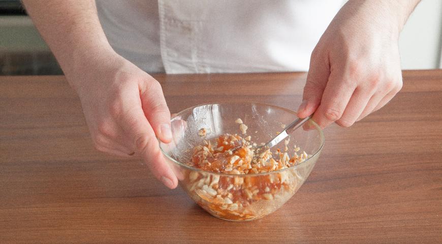 Быстрый пирог с вареньем, смешайте варенье с орехами