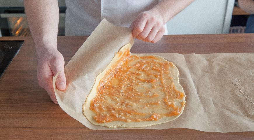 Быстрый пирог с вареньем, подверните края теста