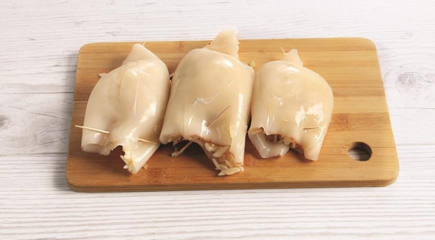 Фото приготовления рецепта: Кальмары, фаршированные рисом в духовке, шаг №7