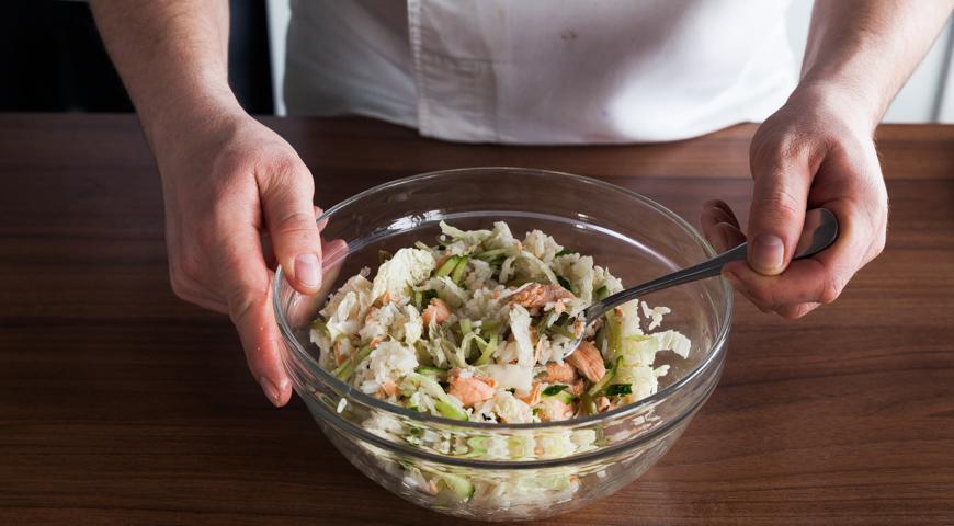 Постный салат с рыбой, перемешайте салат