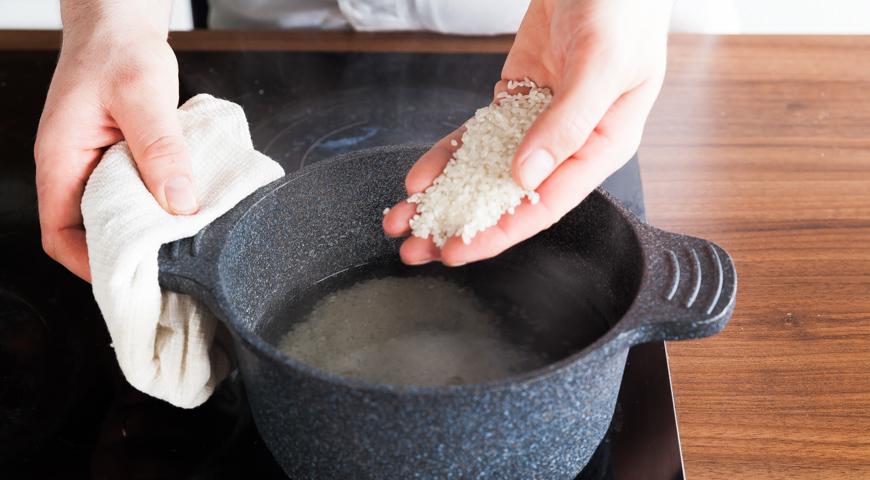 Постный салат с рыбой, приготовьте рис