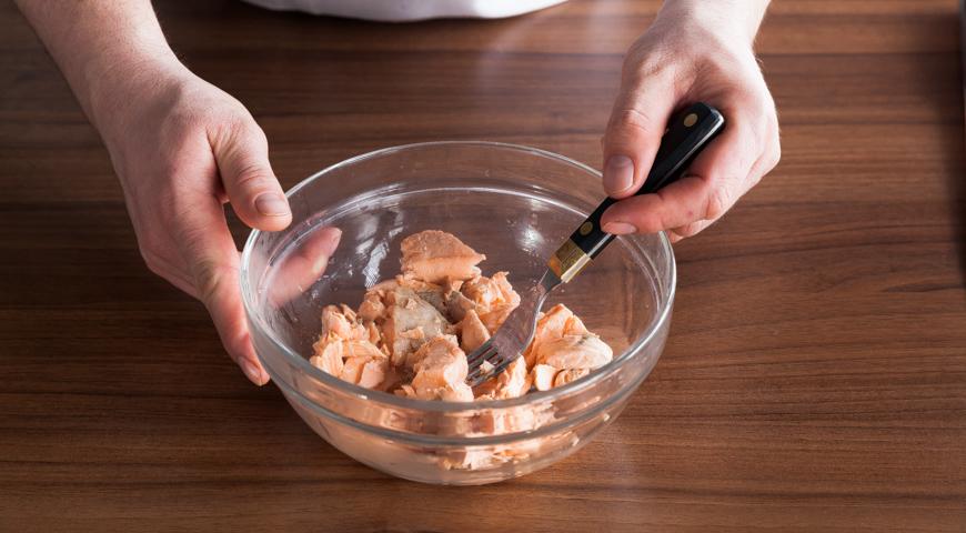 Постный салат с рыбой, подготовьте рыбу