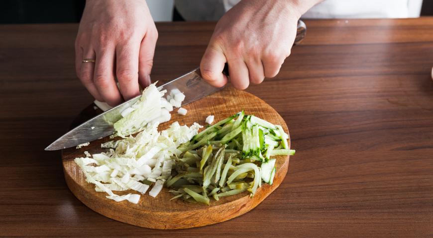 Постный салат с рыбой, нарежьте капусту и огурцы
