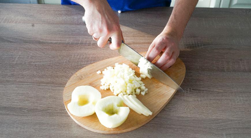 Оладьи с яблоками, нарежьте яблоки