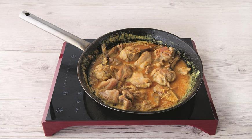 Фото приготовления рецепта: Зеленое тайское карри из курицы, шаг №5