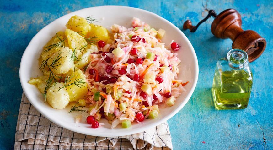 Салат из квашеной капусты с редькой, клюквой и тмином, пошаговый рецепт с фото