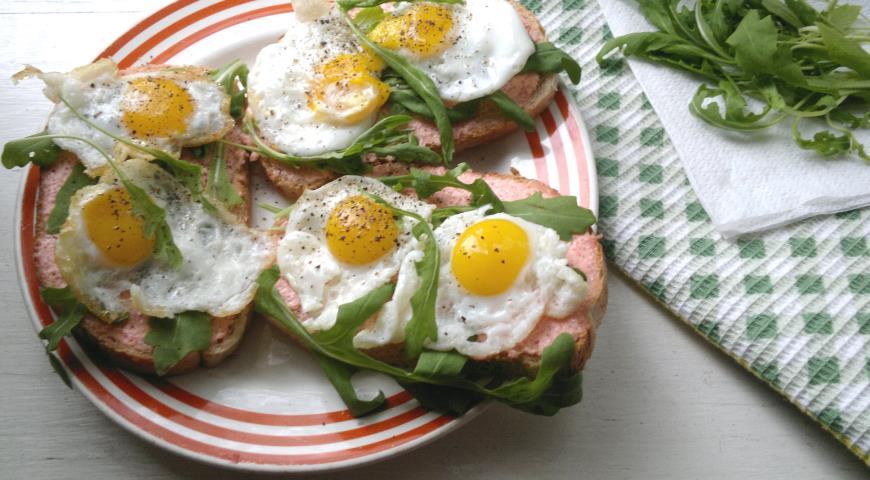 Тосты с икрой мойвы, рукколой и перепелиными яйцами, пошаговый рецепт с фото