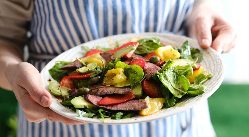Салат со стейком, авокадо, клубникой и соленым лимоном, пошаговый рецепт с фото
