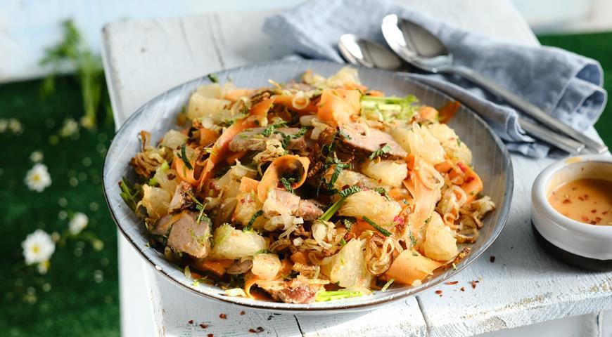 Азиатский салат из свинины с помело и заправкой с чили и шалотом, пошаговый рецепт с фото