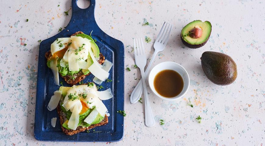 Тост с авокадо, овечьим сыром и яйцом-пашот