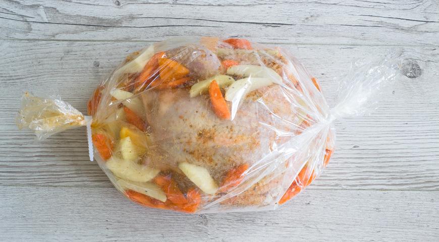 Курица, запеченная в рукаве, положите курицу с овощами в рукав