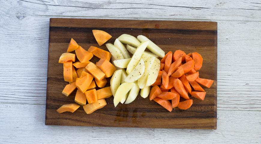 Курица, запеченная в рукаве, нарежьте овощи
