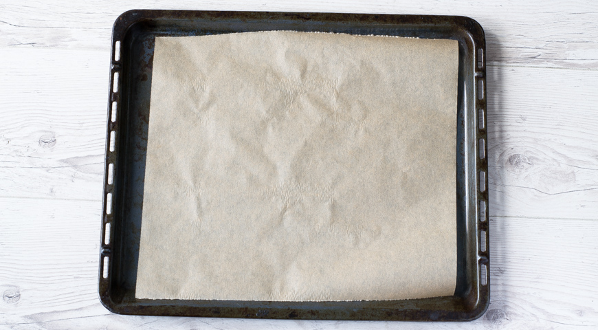Пицца с сырокопченой колбасой, противень выстелить бумагой для выпечки
