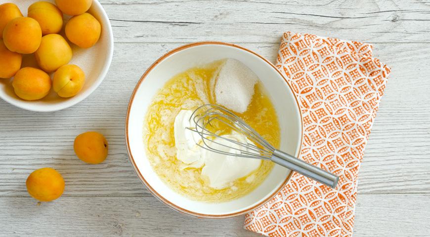 Заливной пирог с абрикосами, смешайте растопленное масло со сметаной
