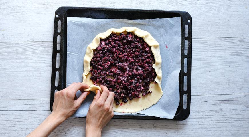 Песочный пирог с черной смородиной, выложите на тесто начинку