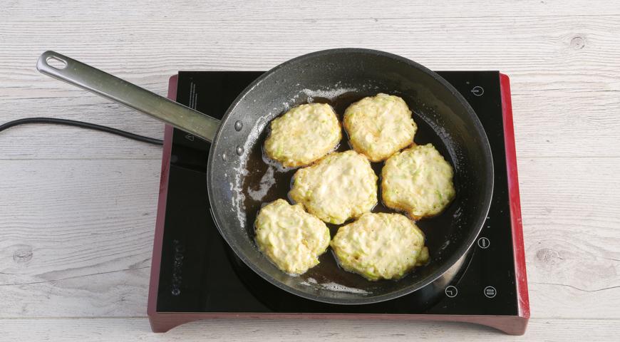 Простые оладьи из кабачков, выкладывайте тесто на сковородку