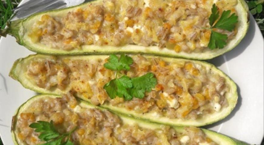 Фаршированные кабачки с перловкой, овощами и фетой