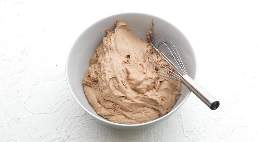 Шоколадный торт с клубникой, добавьте муку