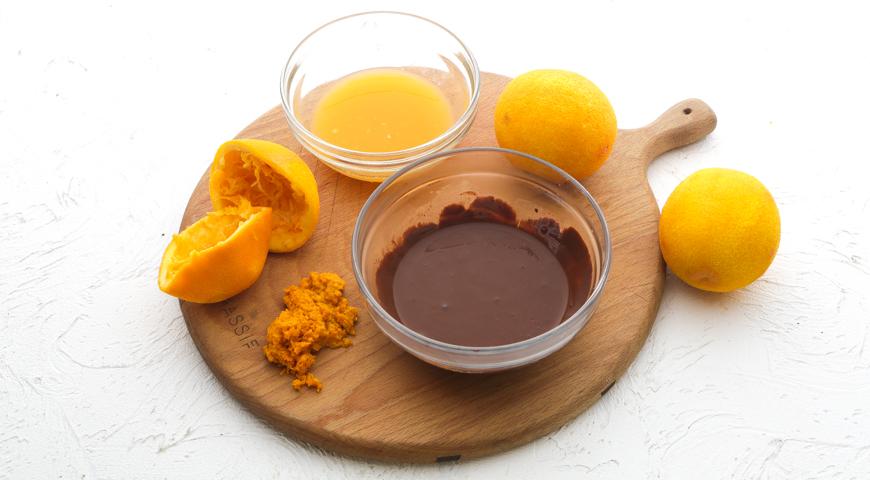 Шоколадный торт с клубникой, выжмите сок из апельсина