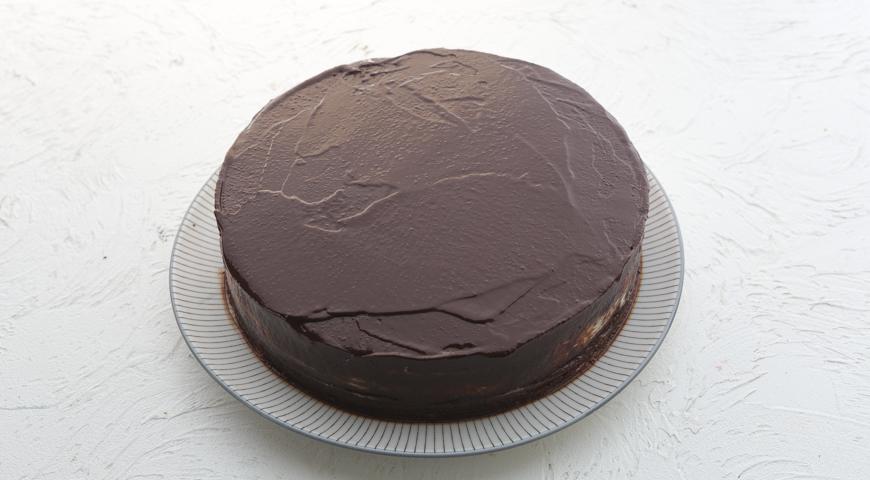 Шоколадный торт с клубникой, полейте торт глазурью