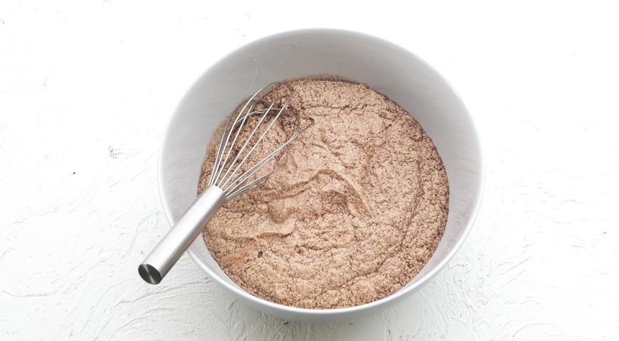 Шоколадный торт с клубникой, взбейте яйца